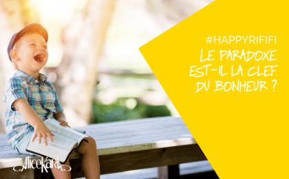 Une histoire de paradoxe, enfant assis sur un banc lisant un livre
