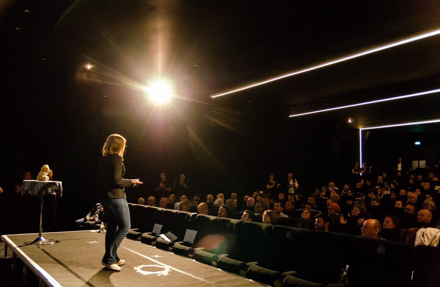 Conférence humoristique sur la psychologie sociale, la vulnérabilité l'empathie et la honte. Stand Up prise de parole en public