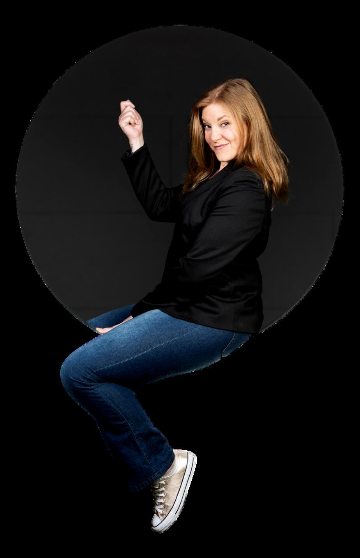 Alice Kara dans un parking, rond, coaching et conférences en entreprises sur la vulnérabilité et la honte